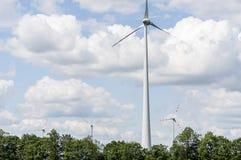 Przerzedże wiatrowego silnika z cztery w tle bardziej Fotografia Stock