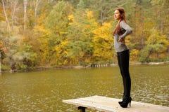 przerzuca most dziewczyny drewnianej zdjęcia royalty free