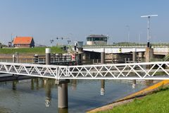 Przerzuca most i chlusta w Afsluitdijk blisko Kornwerderzand w holandiach Fotografia Royalty Free