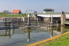 Przerzuca most i chlusta w Afsluitdijk blisko Kornwerderzand w holandiach Obraz Stock