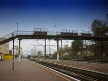 Przerzuca most nad kolejowymi śladami HDR obraz royalty free