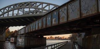 Przerzucający most miasto obrazy stock