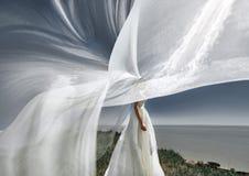 Przesłona piękna panna młoda na falezie nad morze fotografia stock