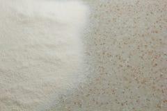 Przesiana mąka kłama na białym kuchennego stołu odgórnym widoku w górę kopii przestrzeni Kulinarny ciasto Przygotowanie dla kucha obraz royalty free