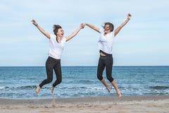 przeskakuje dwie dziewczyny plażowych fotografia royalty free
