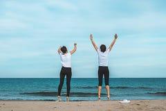 przeskakuje dwie dziewczyny plażowych obrazy royalty free