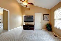 Przesklepionego sufitu pusty pokój z TV Zdjęcia Stock