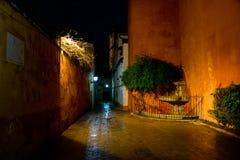 Przesmyk alleymay nocą, Sevilla Obrazy Royalty Free