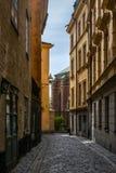 Przesmyk brukował ulicy Sztokholm w wiośnie obraz royalty free