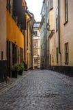 Przesmyk brukowa? ulicy Sztokholm w wio?nie zdjęcia royalty free