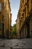 Przesmyk brukowa? ulicy Sztokholm w wio?nie zdjęcia stock