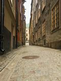 Przesmyk brukowa? ulicy Sztokholm w wio?nie fotografia stock