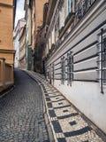 Przesmyk brukuje ulicę w Praga obrazy stock