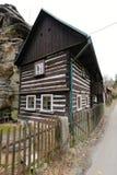 Przesmyk cembrował brown, białego dom i drogą i skałą Fotografia Royalty Free