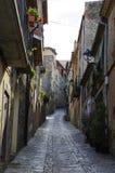 Przesmyk stroma ulica w małej wiosce lokalizować w parku Serra De Montsant, Hiszpania Zdjęcia Stock