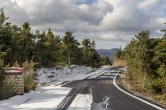 Przesmyk, wiejska droga w górach zdjęcie royalty free