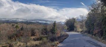 Przesmyk, wiejska droga w górach zdjęcia royalty free