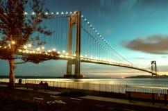 przesmyki Przerzucają most dwupokładowego zawieszenie most który łączy Miasto Nowy Jork podgrodzia Staten Island i Brooklyn, zdjęcie royalty free