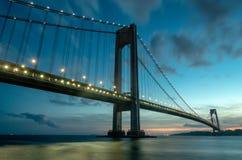 przesmyki Przerzucają most przy zmierzchem w Brooklyn, Nowy Jork obraz stock