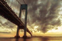 przesmyki Przerzucają most przy zmierzchem w Brooklyn, Nowy Jork obrazy stock