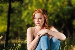 przespacerowanie redheaded dziewczyna fotografia stock