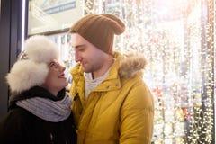 Przespacerowanie romantyczna potomstwo para obraz royalty free