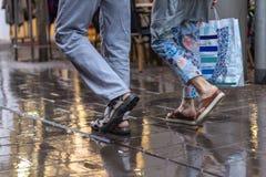 Przespacerowanie w górę i na dół ulicy przez deszczu obraz royalty free
