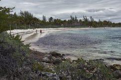 Przespacerowanie w plaży pod burzą zdjęcia stock