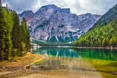 Przespacerowanie wokoło jeziornego Lago Di Braies obraz royalty free