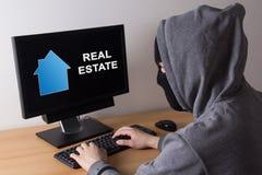 Przestępca i włamania pojęcie - złodziej w maskowym gmeranie informaci abo fotografia royalty free
