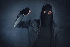 Przestępca z ostrym nożem threating, ofiara punkt widzenia Zdjęcie Stock
