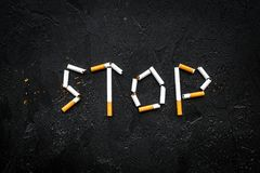 przestać palić Słowo przerwa wykładający papierosy na czarnej tło odgórnego widoku kopii przestrzeni obraz stock