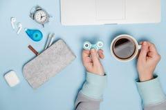 przestań tła rogalik filiżanki kawy sweet Kobiet ręki z kądziołek filiżanką i laptopem T Zdjęcia Royalty Free