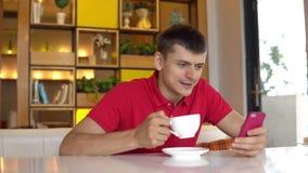 przestań tła rogalik filiżanki kawy sweet Mężczyzna gawędzenie z dziewczyną podczas gdy pijący kawę zdjęcie wideo