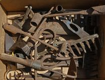 Przestarzali i ośniedziali rolniczy narzędzia przechujący w pudełku zdjęcia stock
