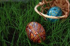 przestawni Easter koszykowi jajka obraz stock