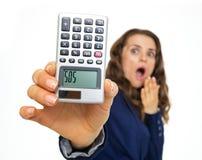 Przestraszona biznesowa kobieta pokazuje kalkulatora z sos inskrypcją Obrazy Stock