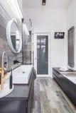 Przestronna łazienka z wanną zdjęcia royalty free