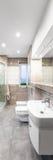 Przestronna beżowa łazienka fotografia royalty free