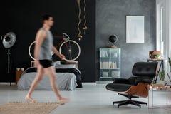 Przestronna facet sypialnia z krzesłem Zdjęcia Royalty Free