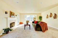 Przestronny śmietankowy brzmienia wnętrze rodzinny pokój z zieloną aksamitną kanapą Obraz Royalty Free