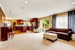 Przestronny żywy pokój z kuchennym terenem obraz royalty free