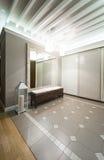 Przestronny anteroom wnętrze w ciepłych brzmieniach i nowożytnym podsufitowym ligh Zdjęcie Royalty Free
