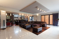Przestronny elegancki apartament na najwyższym piętrze fotografia royalty free