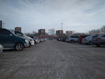 Przestronny miasto parking asfalt tłoczył się z rzędami samochody w Novosibirsk zdjęcie stock