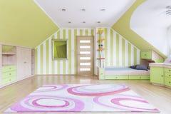 Przestronny pokój z oliwnymi ścianami Zdjęcie Stock