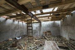 Przestronny strychowy izbowy w budowie i odświeżanie Energooszczędny chwilowy i obraz royalty free