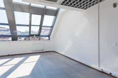 Przestronny wewnętrzny izbowy nieumeblowany z szklanym sufitem zdjęcie stock