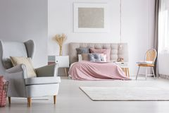 Przestronny wnętrze lekka pastelowa sypialnia zdjęcia stock