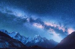 przestrzeń Nocy landscapw z Milky sposobem w Nepal i góry zdjęcie royalty free